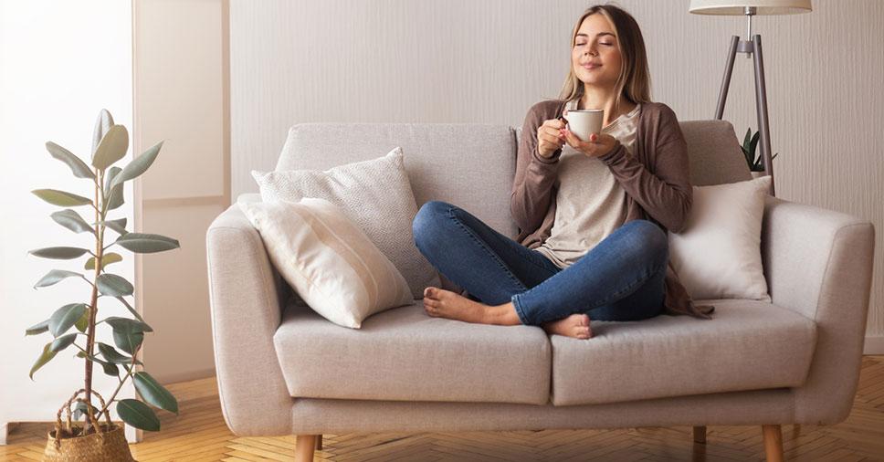Estofado impecável: confira 5 dicas para prevenir manchas no sofá