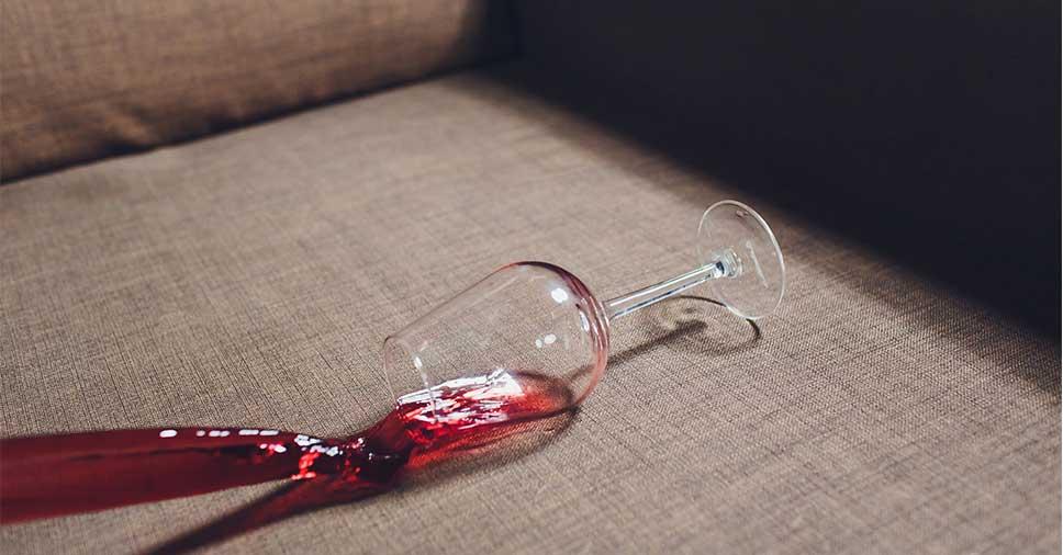 Como tirar mancha de vinho que caiu no sofá?
