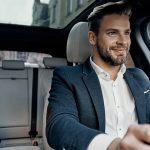 homem dirigindo confortavelmente após aprender como cuidar do banco de couro